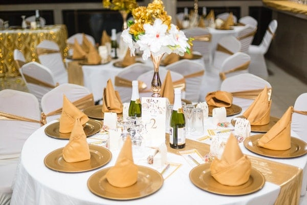 wedding table arrangements with white wine